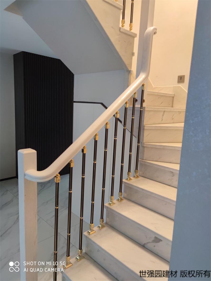 长沙轻奢风楼梯扶手铝艺栏杆实木扶手