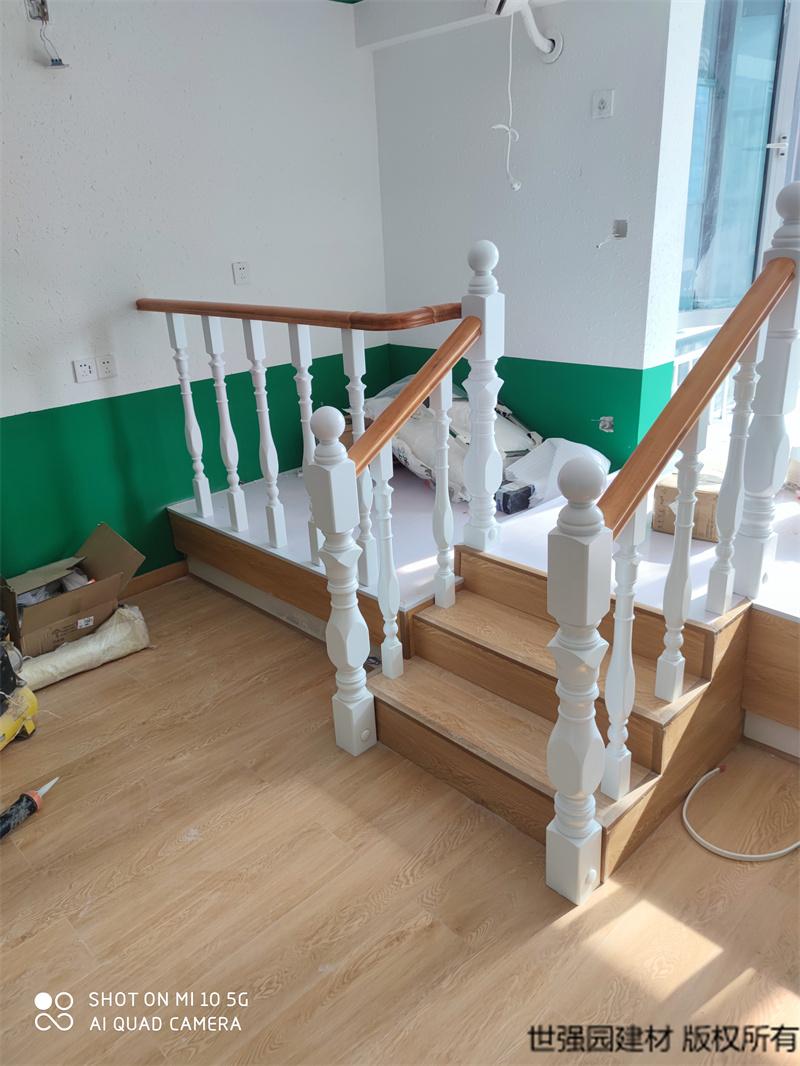 长沙实木扶手白色立柱款平护栏-安装实拍